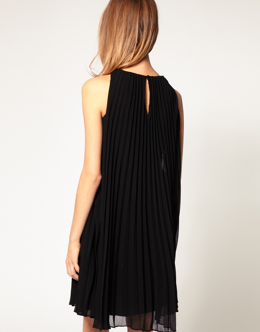 Modelo de vestido de chifon plissado da marca Halston Heritage. Tem ...