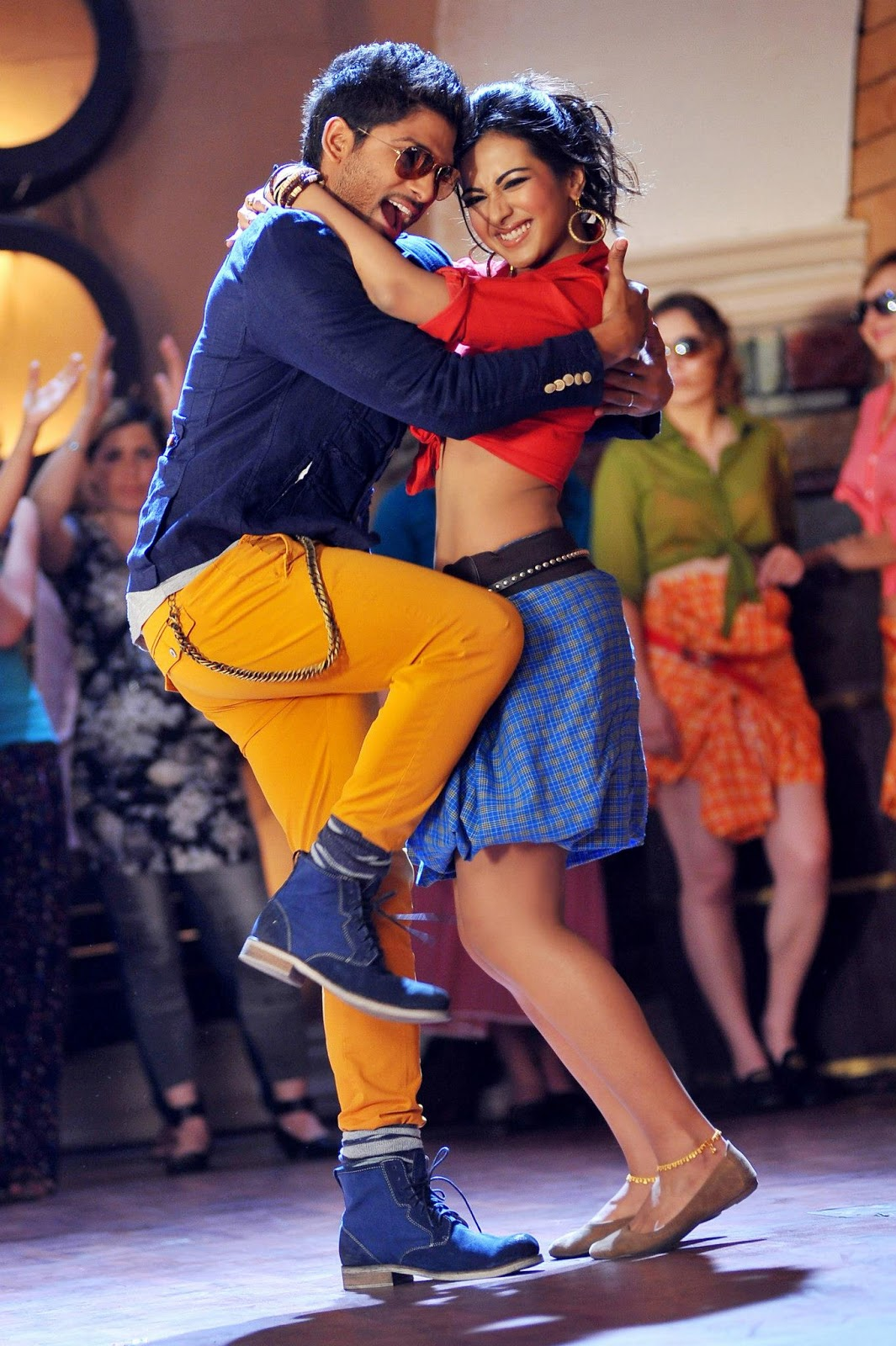 Iddarammayiltho Top Lesi Poddi Song hot Stills (2)