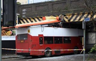 Ônibus não coube dentro do túnel