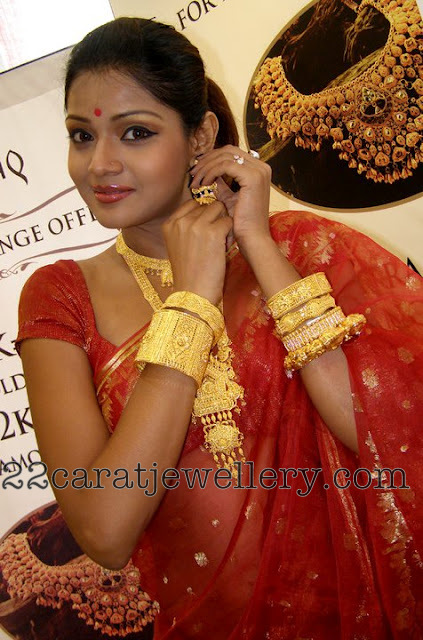 Bengali Model In Traditional Gold Plain Jewelry