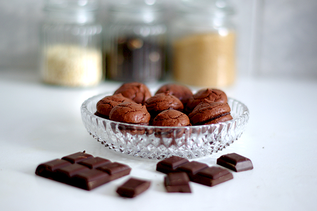 Recipe for homemade chocolate macarons with chocolate ganache. (via fashionrolla.com)