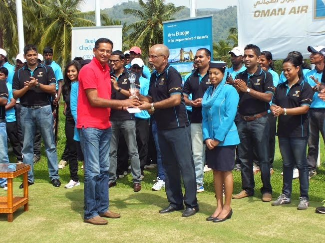 Tony Udagedara, Oman Air Trophy Winner receiving his trophy and prize from Gihan Karunaratne, Country Manager for Sri Lanka and Maldives, Oman Air.