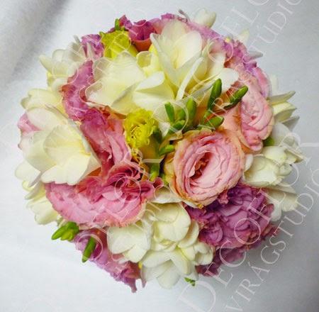 Rózsaszín lisianthus és fehér frézia menyasszonyi csokor