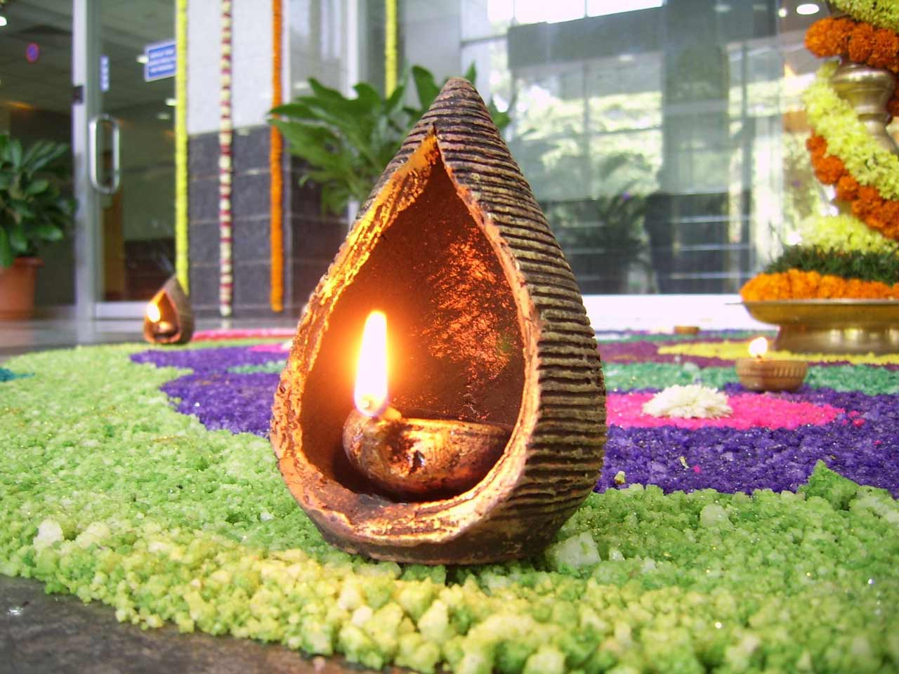 http://3.bp.blogspot.com/-34Uokkp2phY/UJuBmuIvQ1I/AAAAAAAAIRg/myI6sh4bhH4/s1600/latest-diwali-diya-wallpaper.jpg