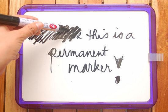 Nhỡ tay viết mực không xóa được trên bảng trắng