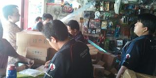 Melayani pelanggan di Toko Korea Motor, Jl. Kedungdoro No. 20 Surabaya
