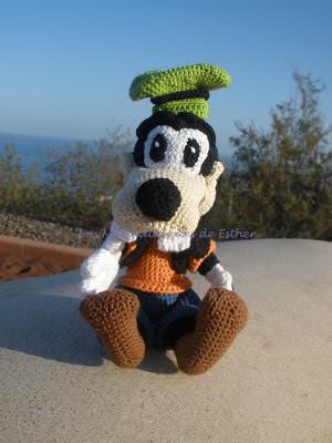 Goofy realizado a crochet en posición sentado