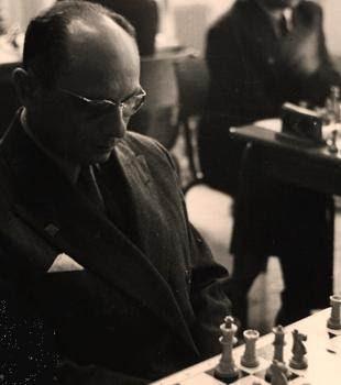 Maurice Raizman frente al tablero de ajedrez