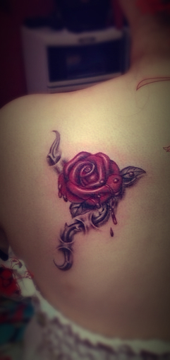 a bleeding rose tattoo design on the back free live stats top tattoo release. Black Bedroom Furniture Sets. Home Design Ideas