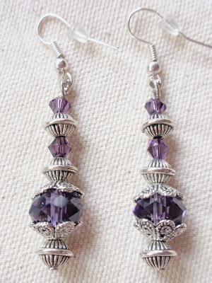 Pendientes artesanales elaborados en cristal color púrpura y abalorios plateados