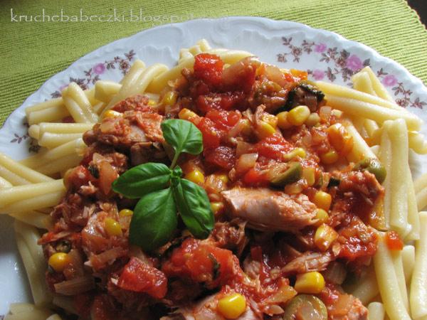 Tuńczyk w pomidorach i makaron :)