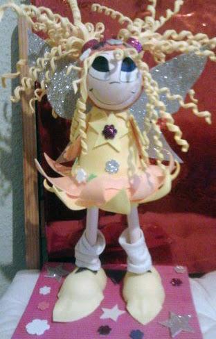 Hada rubia con el vestido amarillo