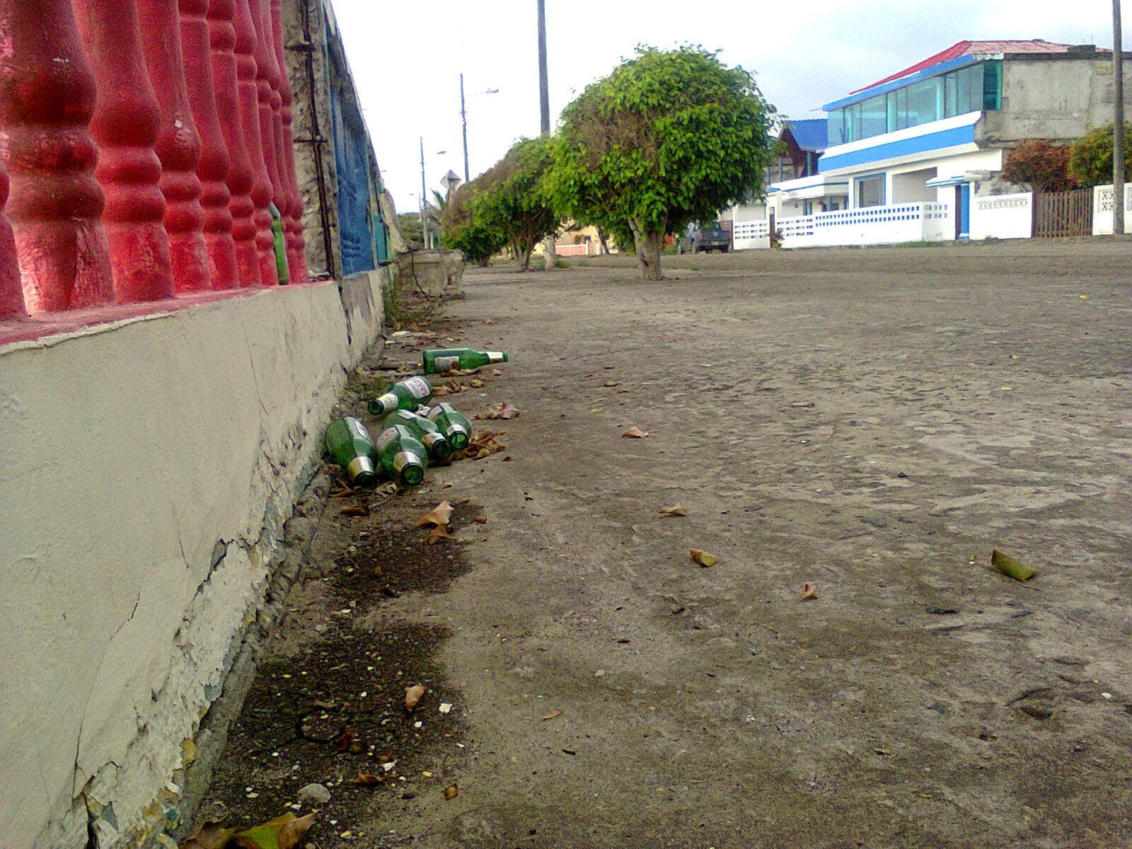 Botellas en el malecón sur de Puerto Cayo