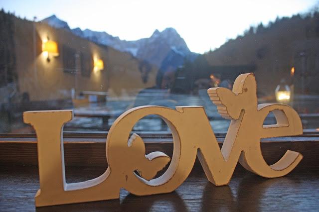 Hochzeitsdekoration im Seehaus am Riessersee - LOVE Holzbuchstaben