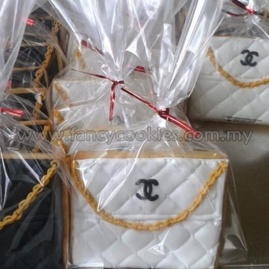 black and white chanel handbag cookies with gold chain for fashionista