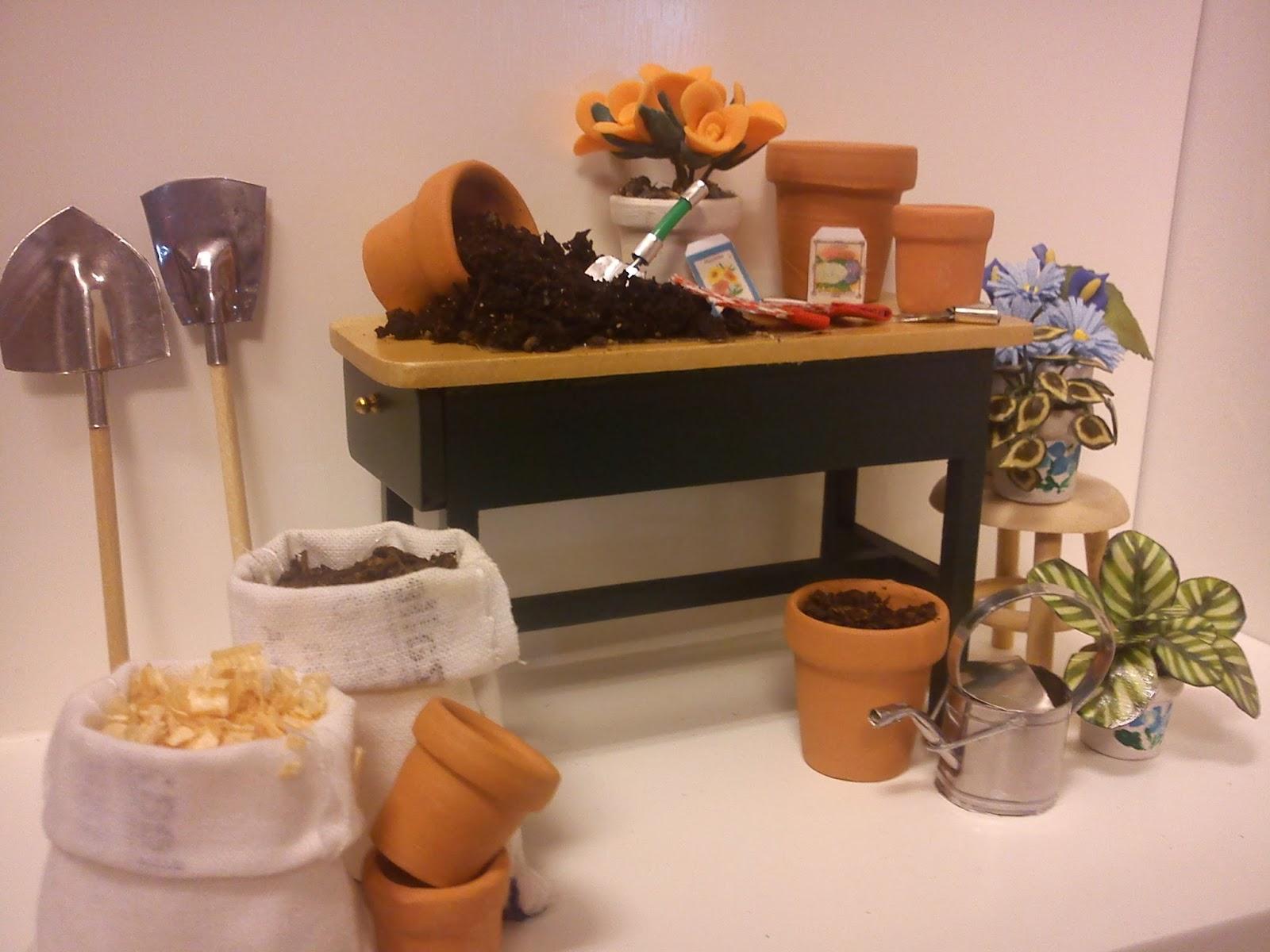Las miniaturas de eugenia trabajando en el jardin for El jardin de eugenia