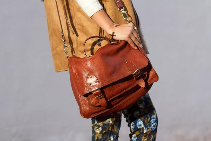 Bolso de cuero de H&M con pantalones de estampado floral de neopreno