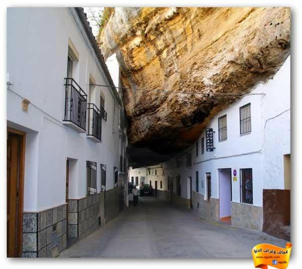 أغرب مدينة في العالم تعيش تحت صخرة عظيم !