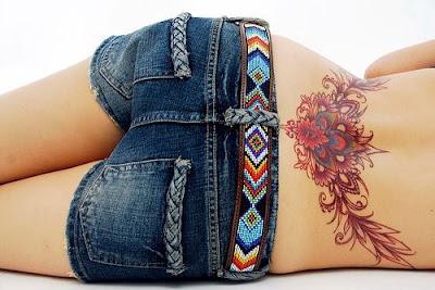 Tatuaje femenino en la espalda