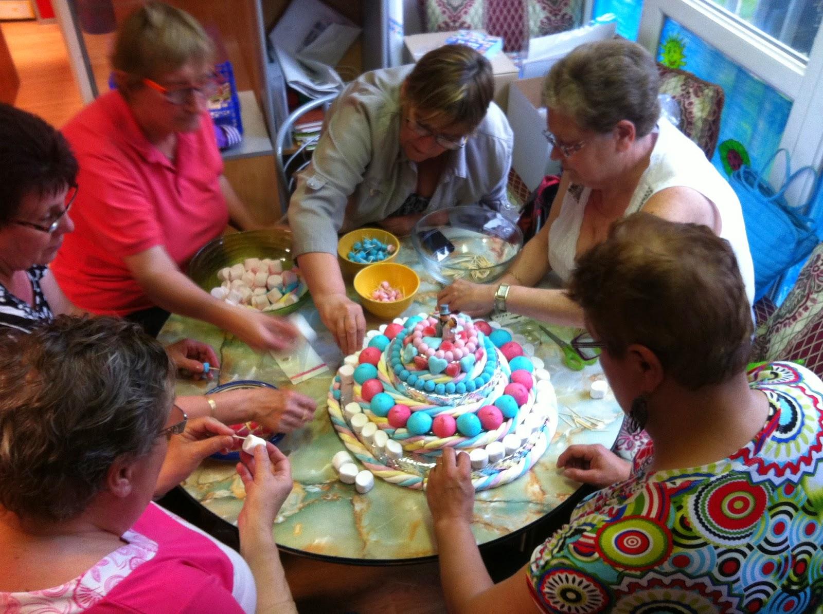 La veille du mariage, un petit groupe s\u0027est retrouvé autour de la mère du  marié dans notre local pour confectionner ce gâteau.