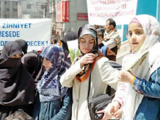 Muslimah Turki berjilbab
