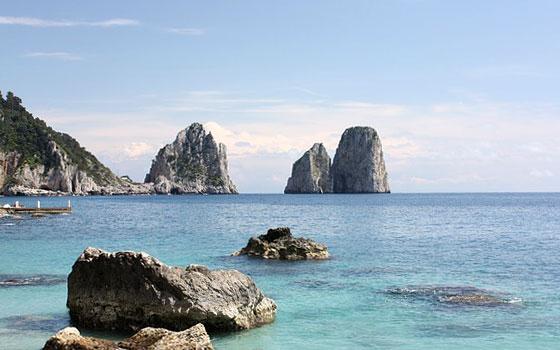 Die Faraglioni von Capri im Golf von Neapel