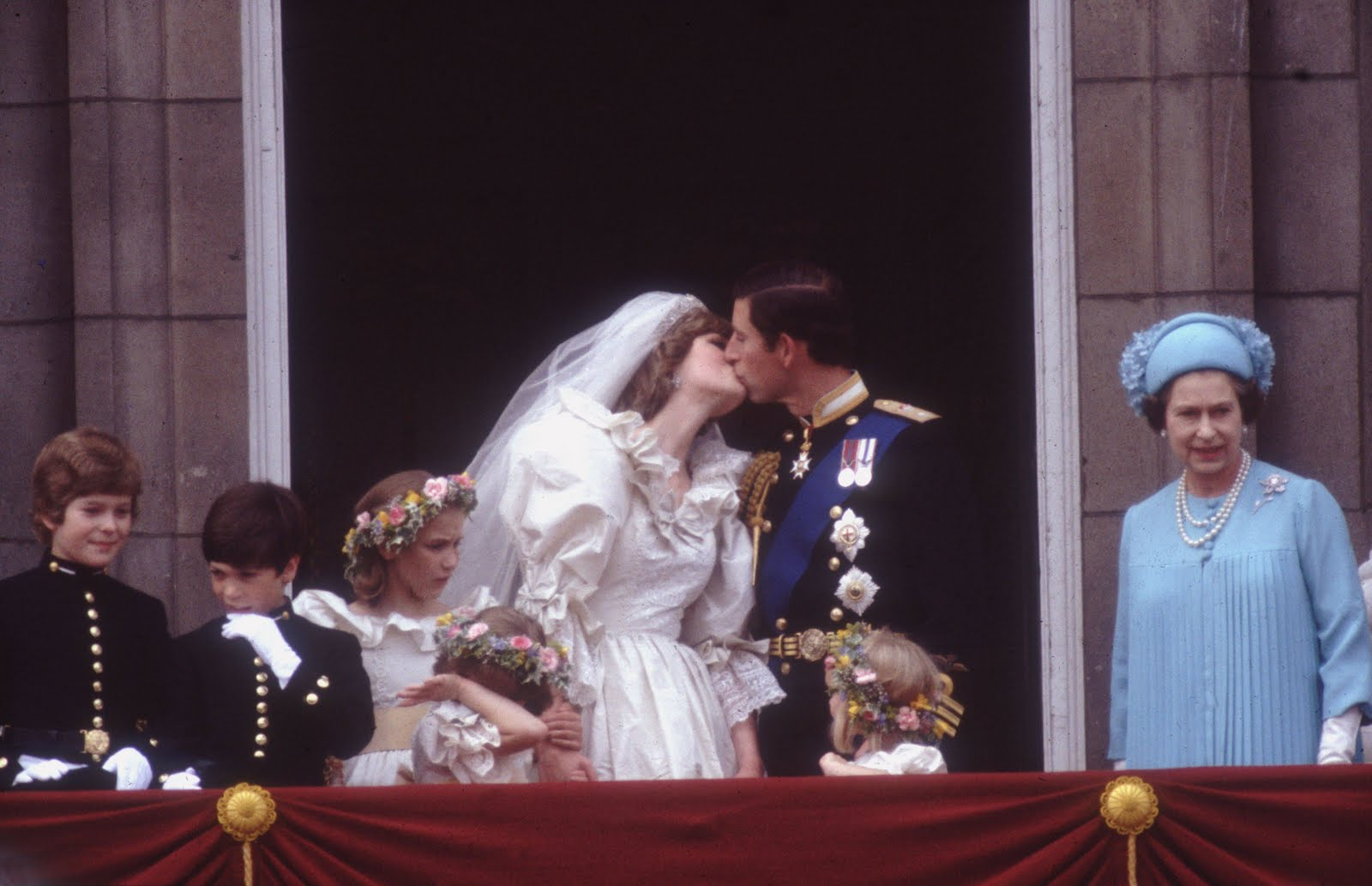 http://3.bp.blogspot.com/-38Et3lW1tq0/TbX6pmdAm0I/AAAAAAAABAM/mtCO0kGA8ec/s1600/1981-Charles-Diana-balcony-kiss-3239373.jpg