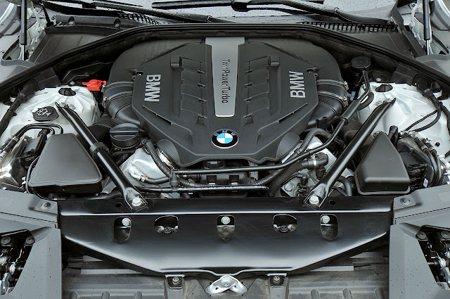 The new BMW 7 Series engine