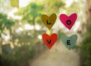 quatre petit coeur avec les quatre lettre LOVE