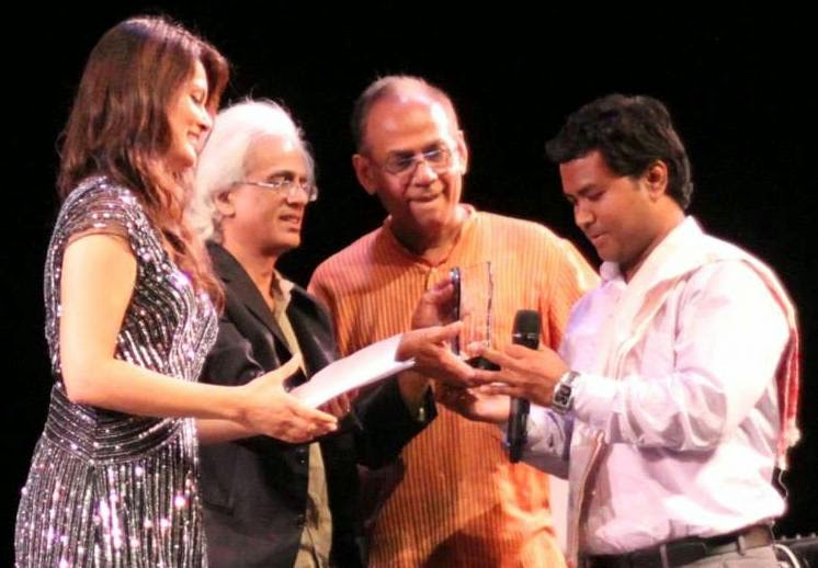Manoranjan Bordoloi being presented the Firingoti Award for Entrepreneurship by Tej Hazarika (photo: Prasenjit Khanikar)