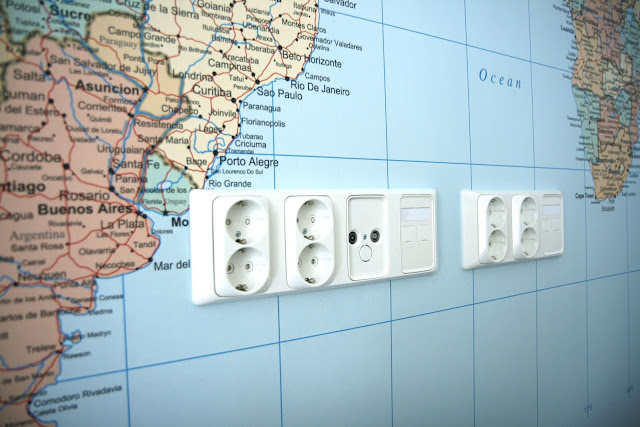 WC n seinät laatoitettu ja maailmankartta seinällä  Kotilomme