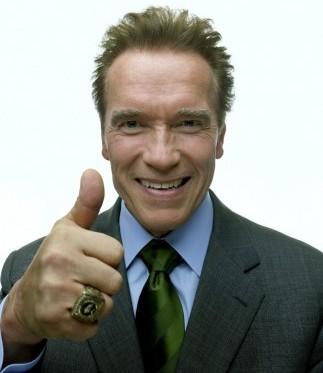 Arnold Schwarzenegger saludando a su estilo