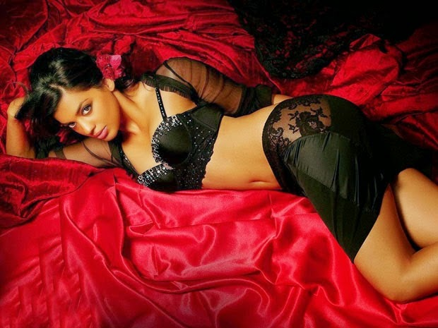 mugdha godse hot cleavage navel hd wallpaper