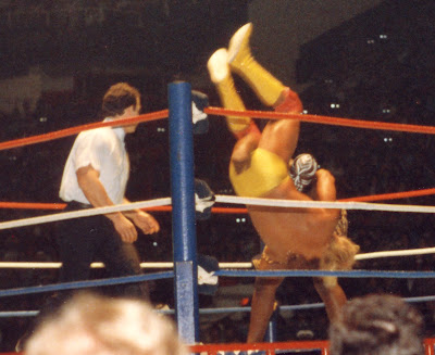 Kamala bodyslams Hulk Hogan in a no-DQ wWF championship match at Canada's Maple Leaf Gardens, 1986-12-28. WWF referee John Bonello circles.