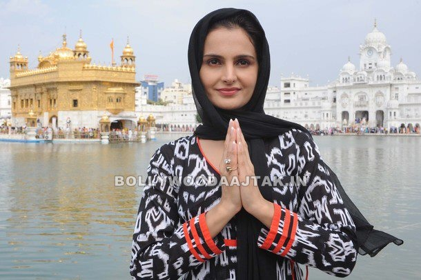 Monica Bedi 1 - Monica Bedi at Golden Temple in Amritsar