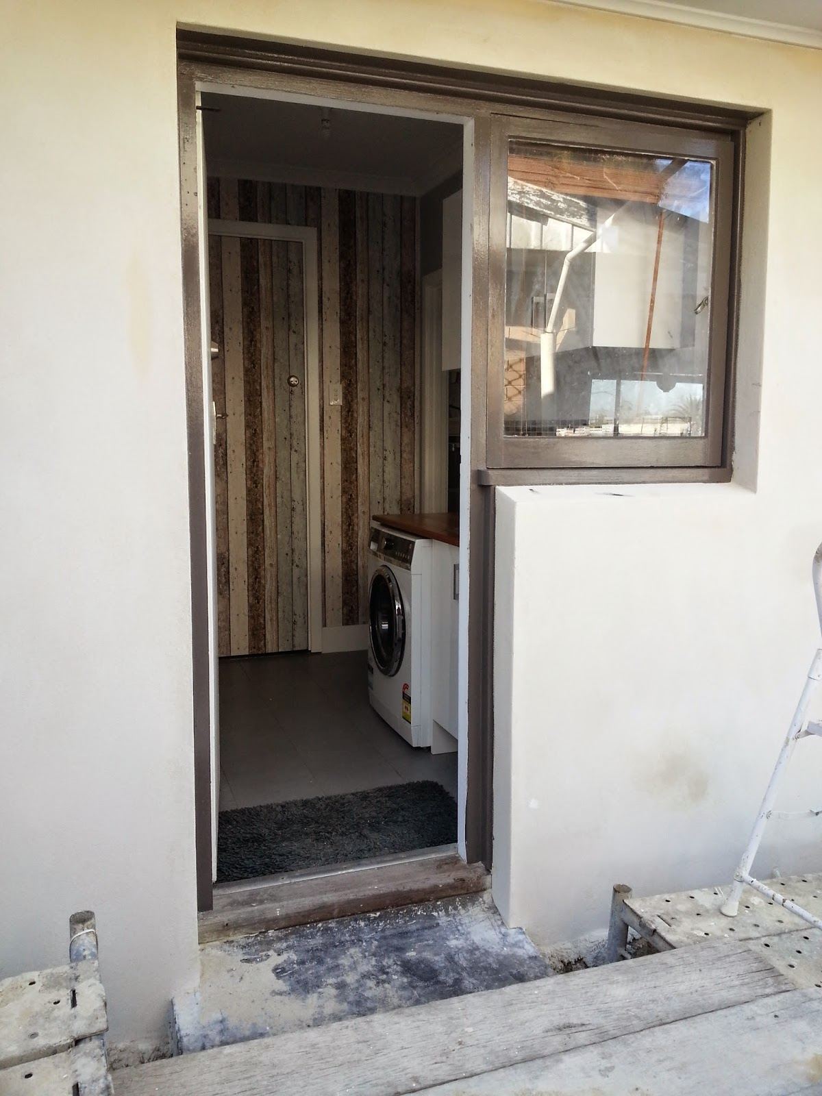Jarrah Jungle Painting The Exterior Walls And Window Frames With Dulux Paint