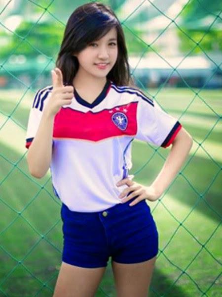 Fan Việt xinh như mộng chụp ảnh cổ vũ tuyển Đức