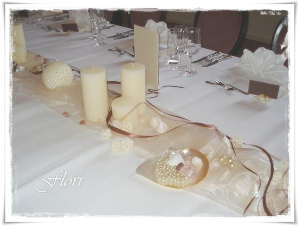Als Gastgeschenk erwartete die Hochzeitsgäste eine cremefarbene Kerze ...