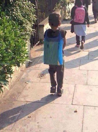 Προσφυγόπουλο που πάει σχολείο