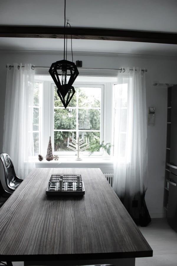 Lampor Koket : svarta och vita gardiner, koksfonster, dodens lampor, svarta lampor
