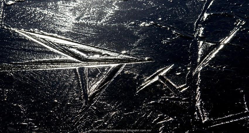 Símbolos en la superfície de hielo de las charcas del Tiétar.