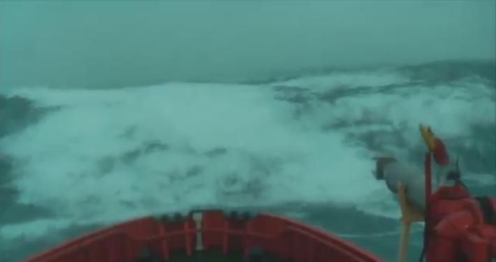 Κύματα 40 μέτρων χτυπούν πλοίο! Δείτε το σοκαριστικό βίντεο... [video]