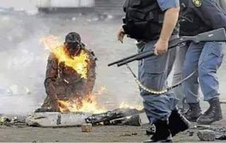 Innalillah..! Pria Ini Tetap Sholat Walaupun Ia Dibakar