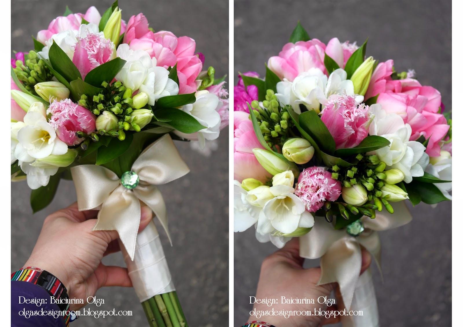 Весенний букет невесты составлен из пионов разных сортов,фрезии,бовардии,рускуса.Особым пожеланием невесты было наличее в букете пиновидных тюльпанов и