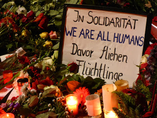 In Solidarität / WE ARE ALL HUMANS / Davor fliehen Flüchtlinge