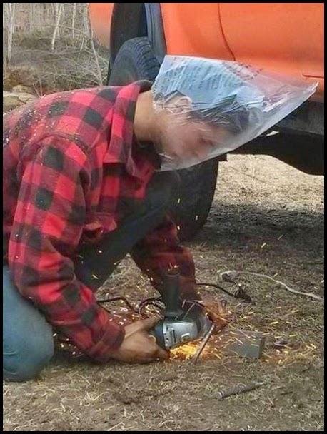 Hombre con amoladora protegiendo su cara con una volsa plastica.