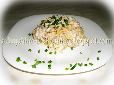 Рыбный салат с кукурузой и сыром
