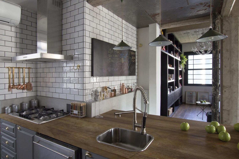 Cozinha com azulejo metrô branco e rejunte cinza escuro. Projeto  #5C4C3C 1500x1000 Banheiro Branco Com Rejunte Azul