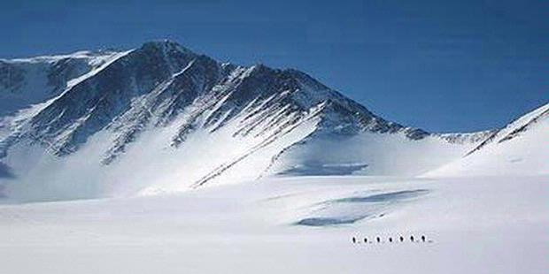 puncak Vinson Massif (4.897) di Antartika.