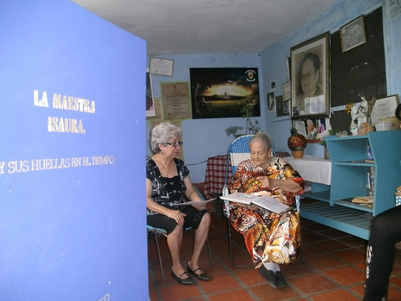 En compañía de Baudilia Correa de Ruiz, amiga y educadora, la Maestra Isaura se mantiene activa escribiendo sus memorias... TAGS:upata,Cultura,Patrimon,patrimonio cultural